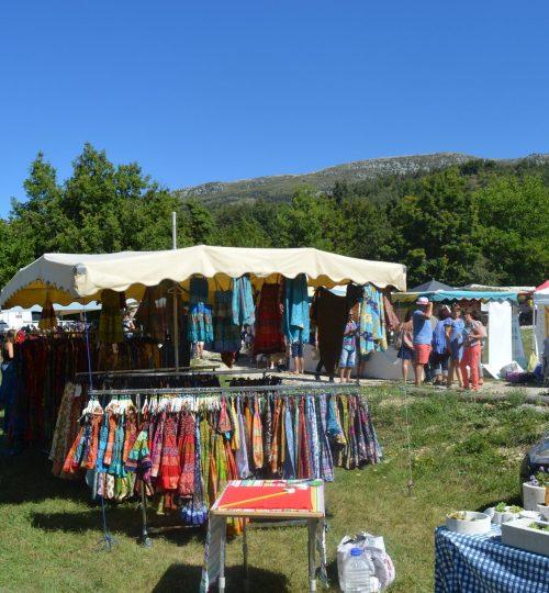 Un stand de robe sur lors de la fête du terroir de Peyroules le 15 aout