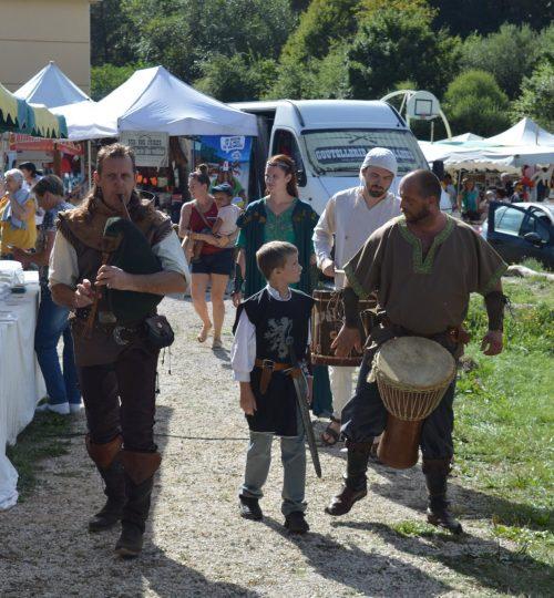 Les chevaliers se promènent dans les stands de la fête du Terroir