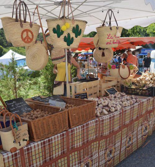 Stand de panier de la fête du terroir à Peyroules, commune des Alpes de Haute Provence
